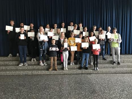 Schülerinnenund Schüler mit ihren Ehrenurkunden der BJS 2019©Oberschule Mittelweser